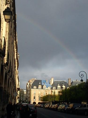 Place des Vosges - arc en ciel.JPG