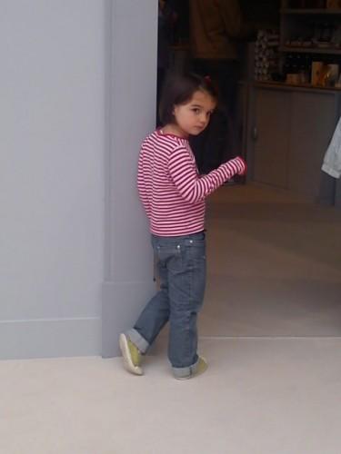 petite fille en rayé rouge et blanc.JPG