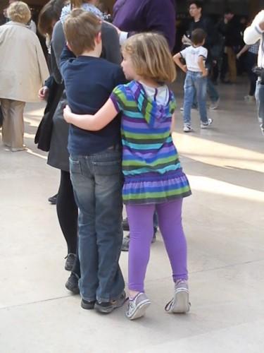 frère et soeur Pyramide du Louvre.JPG