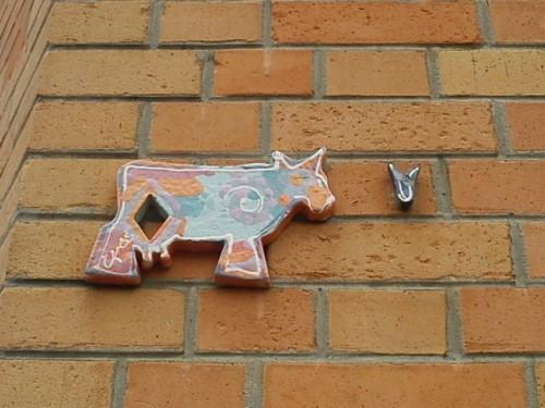 vache en céramique rue St Bernard.JPG